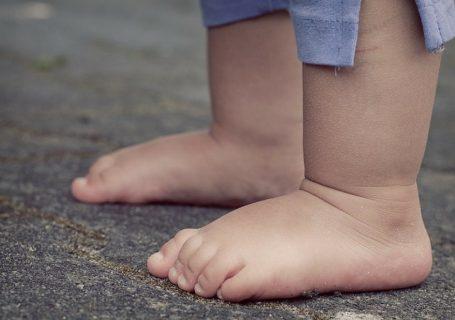 kiedy-dziecko-zaczyna-chodzic